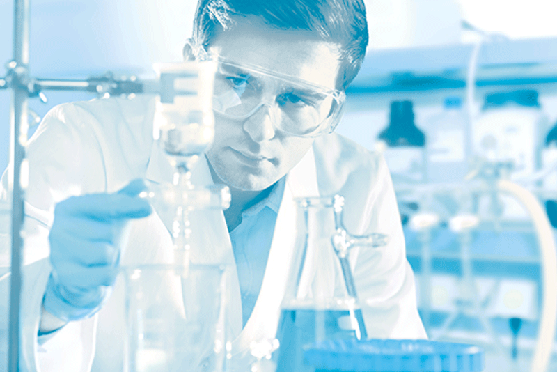 Biochimiste à la paillasse